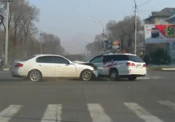 فيديو . . هل يمكنك تفسير ما فعله هذا السائق بعد أن صدم سيارة أخرى؟