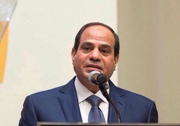 السيسي يصافح الوفد الإعلامي المصري لدى مغادرته مقر إقامته بباريس