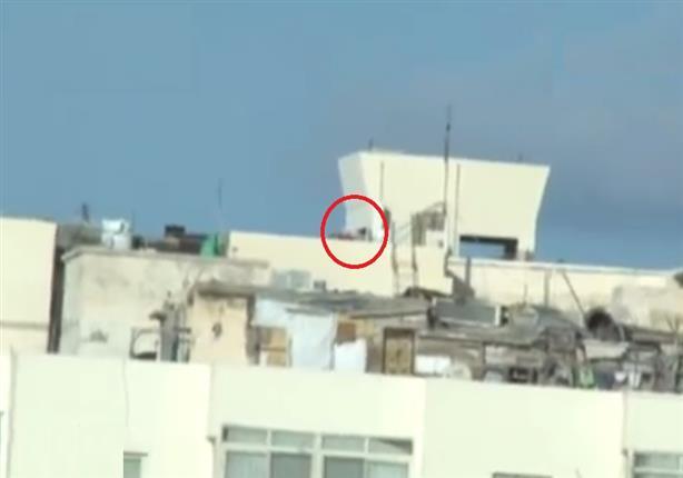 كاميرا ترصد عناصر تطلق النيران على المواطنين والشرطة من سطح بناية بالشاطبى