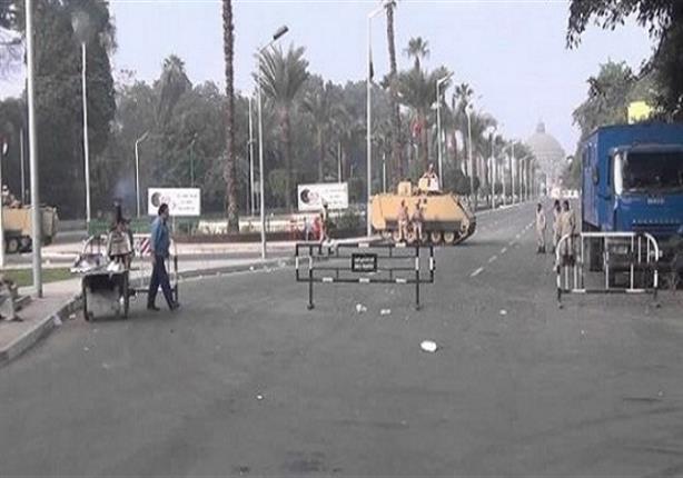 قوات الجيش تجهز الحواجز المعززة بالأسلاك الشائكة لإغلاق ميدان النهضة بالجيزة