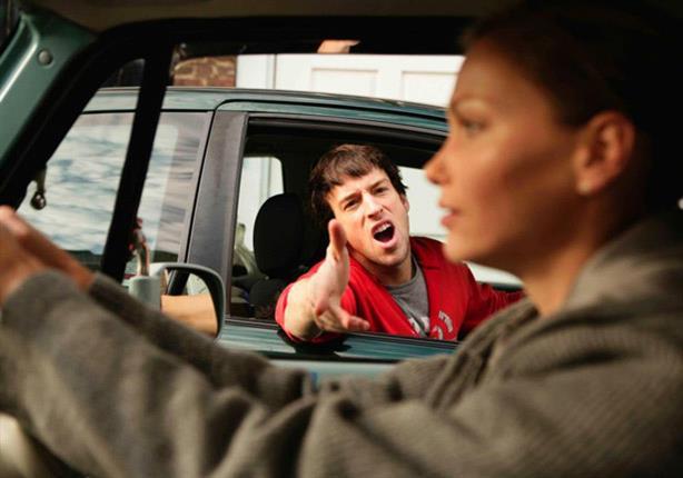 بالفيديو: الغيرة تدفعها لتدمير سيارة صديقها