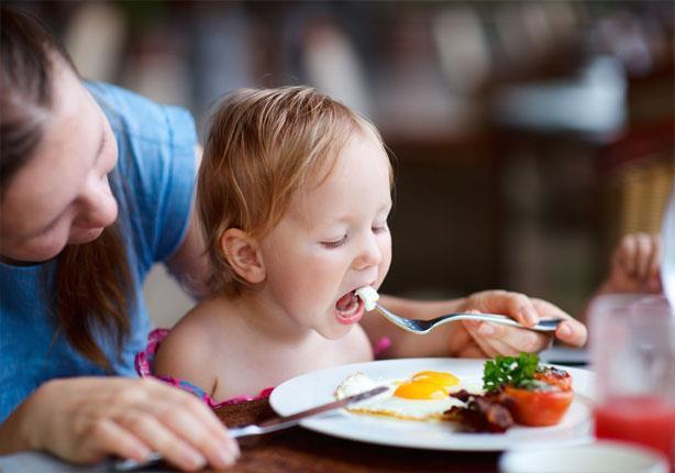 كيف تحببين طفلك فى أكل الخضروات والفواكه؟