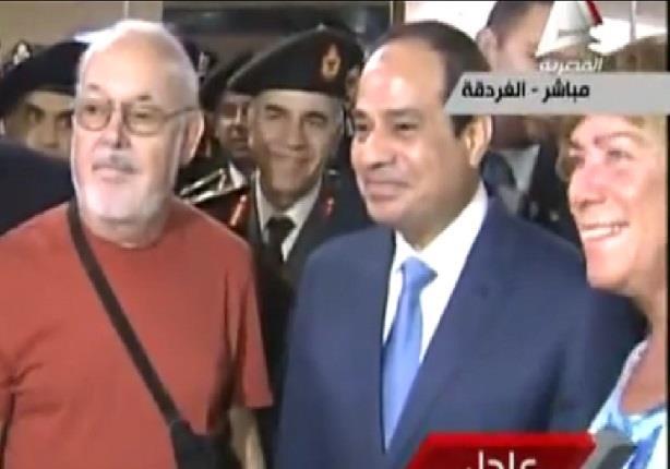 في لفتة غير مسبوقة لرئيس الجمهورية ..السيسي يسمح لبعض السائحين بالتقاط الصور معه