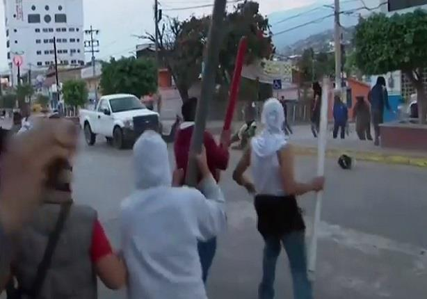 كاميرا تلتقط سائق عربة نقل يدهس رجال شرطة في المكسيك اثناء احتجاجات