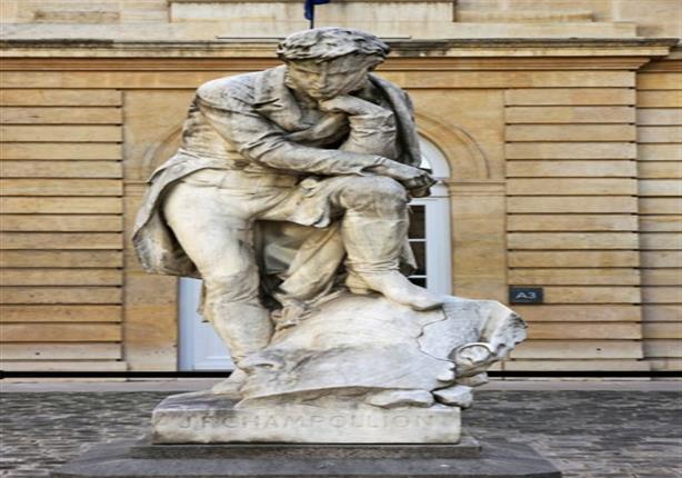 الآثار تطالب فرنسا بإزالة تمثال لشامبليون وهو يضع قدمه على رأس فرعوني