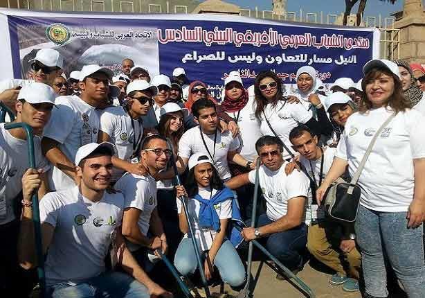 بالصور - مشاركون في منتدى الشباب بالأقصر يبدأون حملة تجميل ساحة معبد