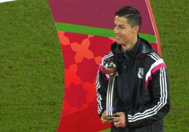 ارتباك رونالدو لحظة تسلمه جائزة الكرة الفضية لمونديال الأندية