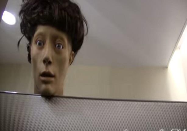 مقلب الرأس المتطفلة داخل حمام السيدات يثير صياحهن