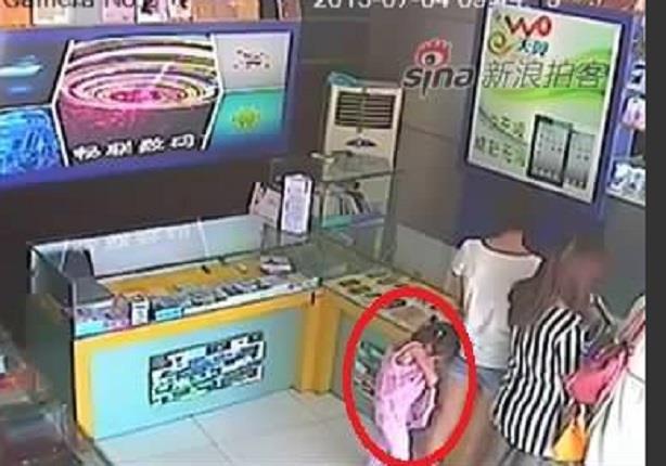 شاهد طفلة تسرق آيباد من محل إليكترونيات وتخبئه أسفل ملابسها