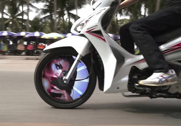 بالصور.. تحويل إطارات الدراجة النارية لشاشة LCD!