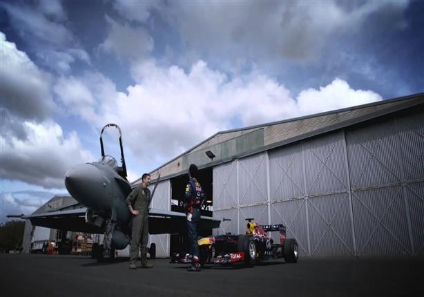 سيارة فورمولا 1 تتحدى طائرة حربية استرالية