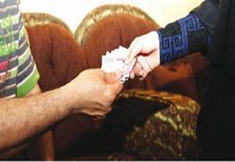 ما حكم أن تنفق الزوجة علي الرجل شرعا وهل هذا يحسب من زكاتها؟
