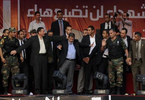 قائد الحرس الجمهوري السابق: مرسي كان يرتدي قميصًا واقيًا في التحرير