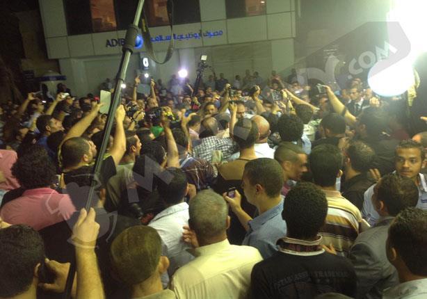 بالفيديو- عادل إمام يتسبب في حدوث فوضى بعزاء خالد صالح
