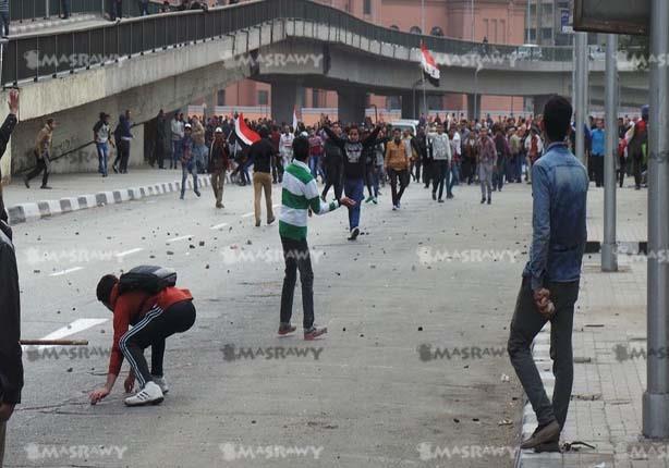 كر وفر بين المتظاهرين والشرطة بـ