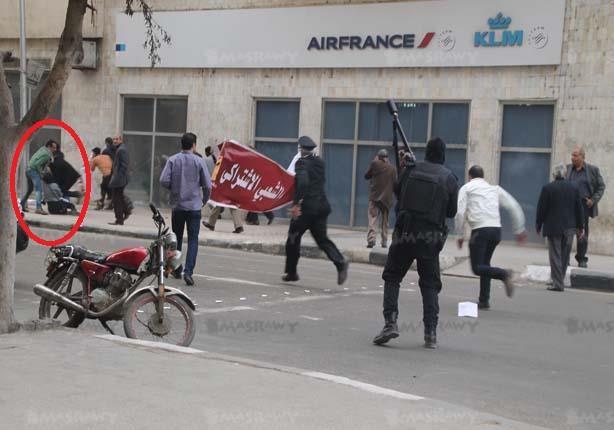 بالصور.. سر ظهور مواطن مع شيماء الصباغ لحظة مقتلها ثم مع قوات ال