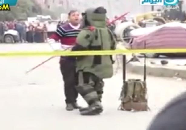 خبراء المفرقعات يحاولون ابطال مفعول قنبلة بميدان المطرية بجور قسم شرطة