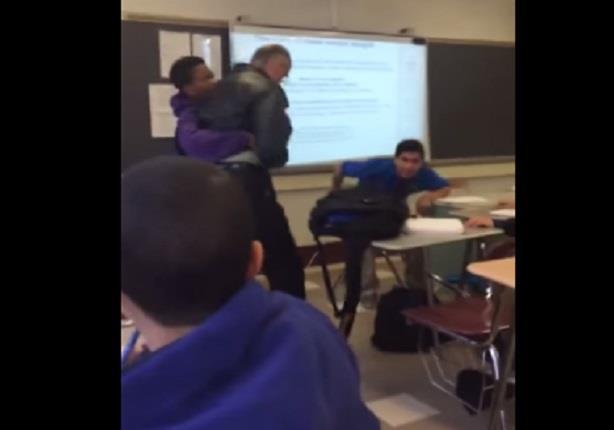 طالب يعتدي على معلمه ويسقطه أرضا بسبب انتزاع الأخير هاتفه