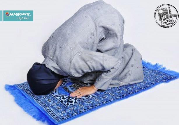 ما حكم ستر قدمي المرأة أثناء الصلاة؟