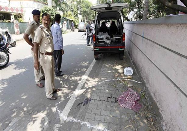 بالفيديو- رجل يقطع رأس زوجته بفأس ويسير بها في شوارع الهند
