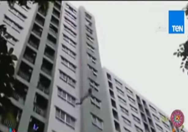 لحظة انقاذ فتاه سقطت من الطابق الـ 18 في بانكوك