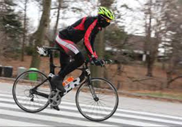 مغامرون على حافة الموت.. يقودون دراجاتهم في الهواء (فيديو)