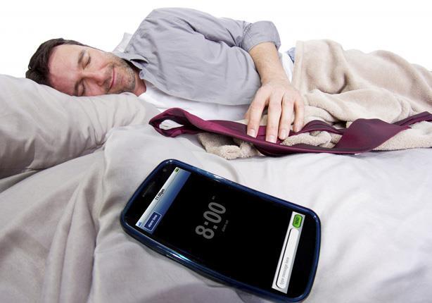 """الأضرار التى يسببها وضع """"الموبايل"""" بجانب الشخص أثناء النوم"""