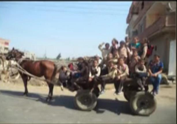 """""""ايمان عز الدين"""" تعرض صور لـمجموعة من الأطفال يذهبون للمدرسة بـ""""عربة كارو"""""""