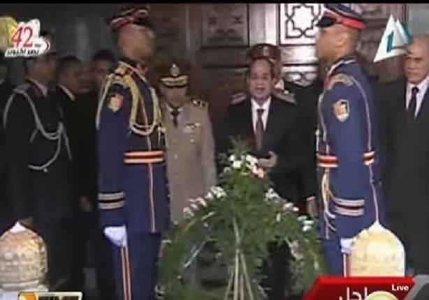 السيسي يزور ضريح الرئيس الراحل جمال عبد الناصر ويضع إكليلا من الزهور على قبره
