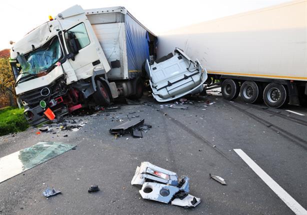 """بالفيديو.. شاحنة ثقيلة تدهس أحد المارة دون أن تصيبه بـ""""خدش""""!"""