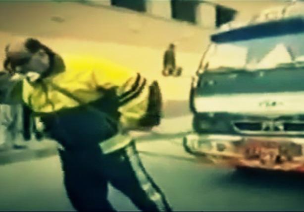 محمد شمشون صاحب قدارت خارقة يسحب 175 سيارة بأسنانه!