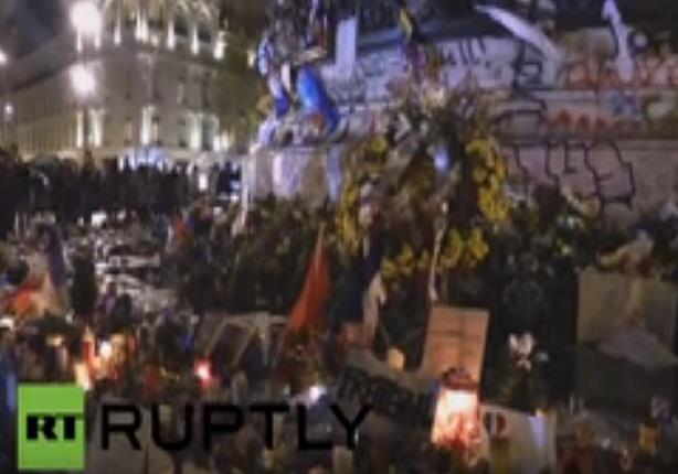 ميركل تضع الزهور في ساحة الجمهورية بباريس تكريماً لذكرى ضحاياها