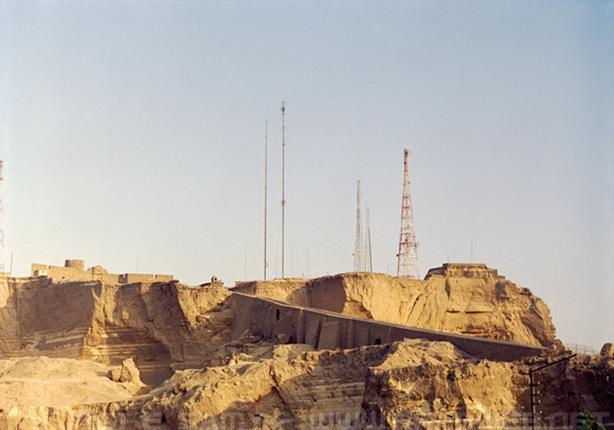 القاهرة تبدأ ترميم حافة جبل المقطم.. وإغلاق الطريق حتى مساء السبت