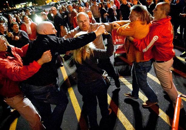 """مشاجرات عنيفة بالمتاجر بسبب تخفيضات يوم """"الجمعة الأسود"""""""