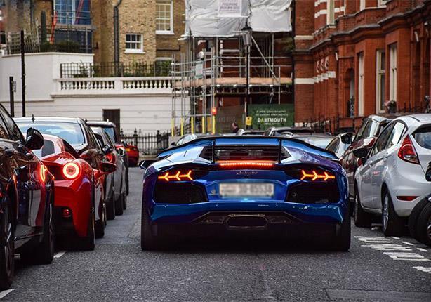 بالفيديو - مليونير يرصد ردود أفعال المارة على سيارته الفارهة