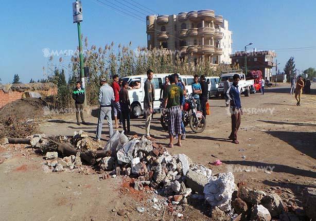 """بالصور..أهالي يقطعون طريق """"كفر الشيخ - الشين"""" بسبب غرقه بمياه الصرف الصحي"""