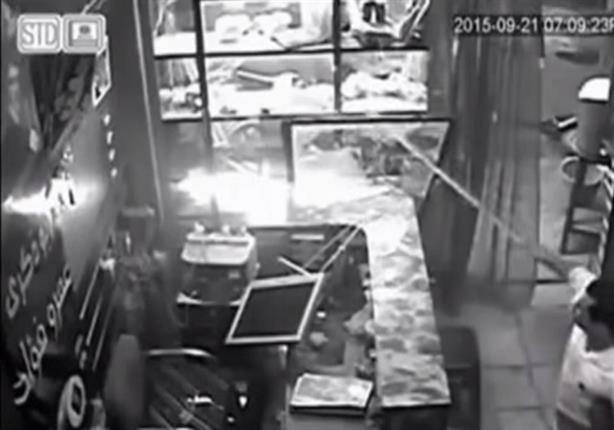 بالفيديو- رئيس مباحث الفيوم يقتحم احد محلات الموبايلات ويقوم بتحطيمه وضرب صاحبه