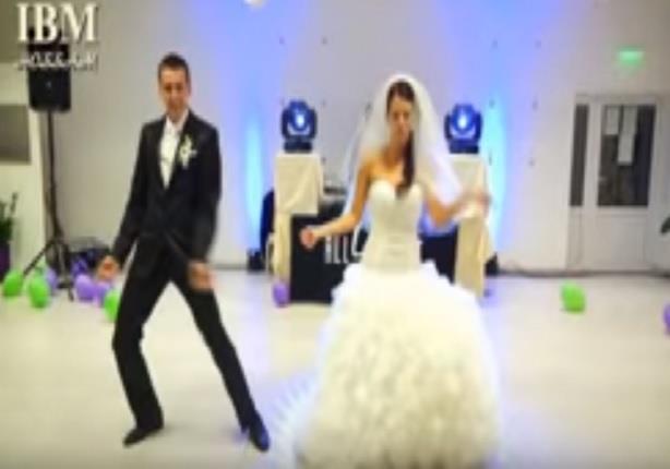 """في حفل زفاف روسي.. عروسان يقدمان رقصة على نغمات """"مفيش صاحب يتصاحب"""""""