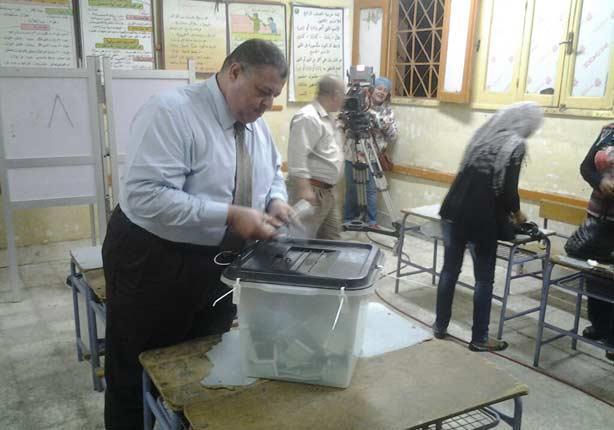 إغلاق صناديق الاقتراع واستمرار التصويت لمن حضروا قبل التاسعة مساءً