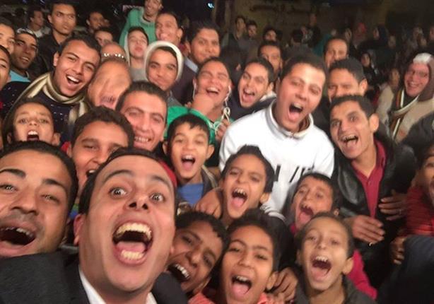"""بالصور.. أحمد الجارحي يلتقط سيلفي مع مواهب الفيوم في """"ذيع موهبتك"""""""