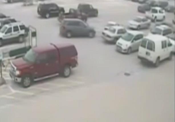 عجوز يصطدم بأكثر من 6 سيارات أثناء محاولته الخروج من الجراج