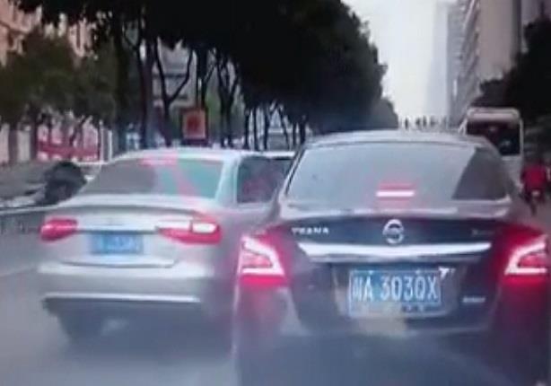 سائق يقفز بسيارته على أخرى حاولت تجاوزه