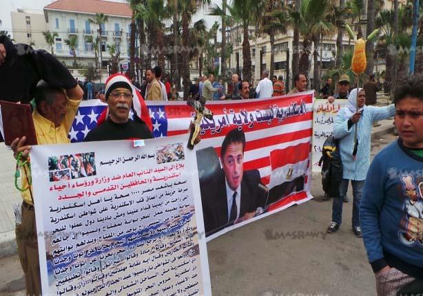 بالصور - متظاهرون بالقائد إبراهيم يحرقون صور محافظ الإسكندرية