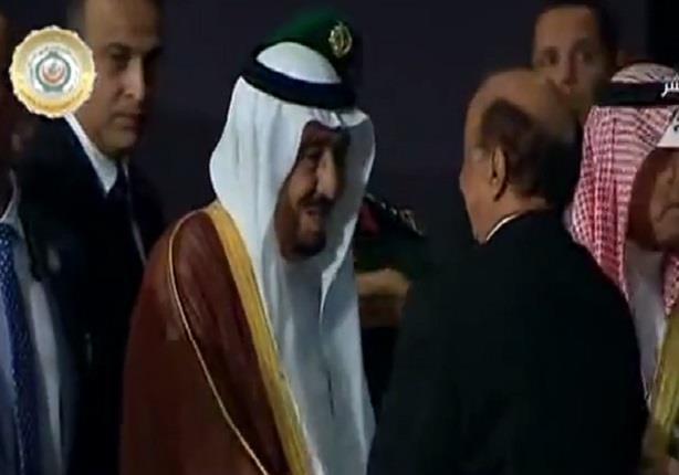 لحظة مغادرة العاهل السعودى من قاعة القمة العربية