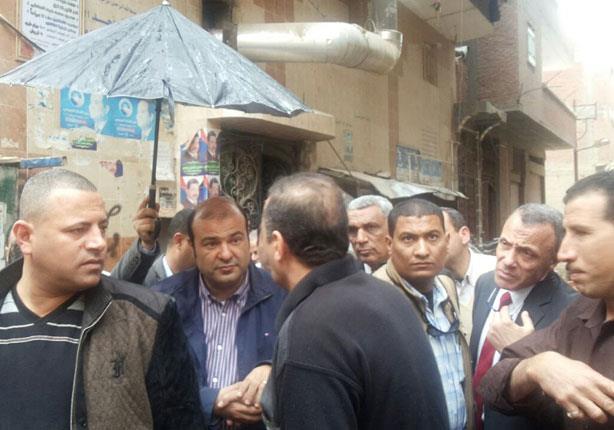 مواطن يهدي وزير التموين كتاب ديني لنجاح منظومتي الخبز والسلع التموينية (صور)