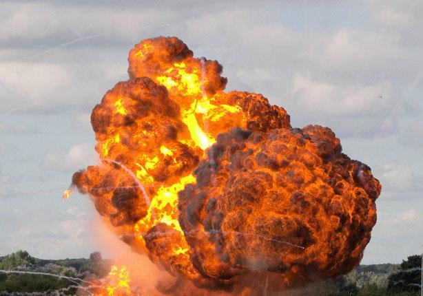 اليمن: انفجارات في مخزن للأسلحة في عدن وقصف جوي في صنعاء