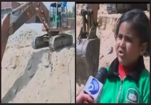 طفلة تقود حفارا بدلا من والدها وتناشد الرئيس العمل بقناة السويس