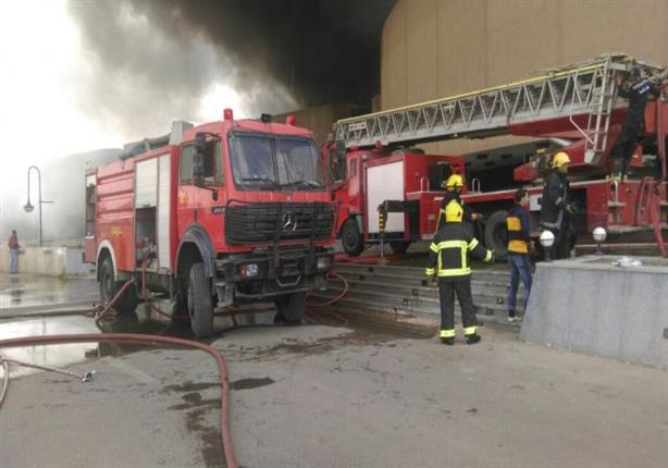 """ضابط حماية مدينة يرفع """"شارة رابعة"""" أثناء إطفاء حريق قاعة المؤتمرات"""