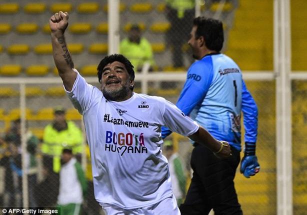بالفيديو- مارادونا يعتدي على رجل أمن في مباراة السلام