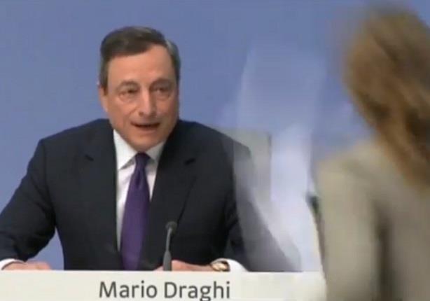 بالفيديو - هجوم على مدير البنك المركزي الأوربي في مؤتمر صحفي